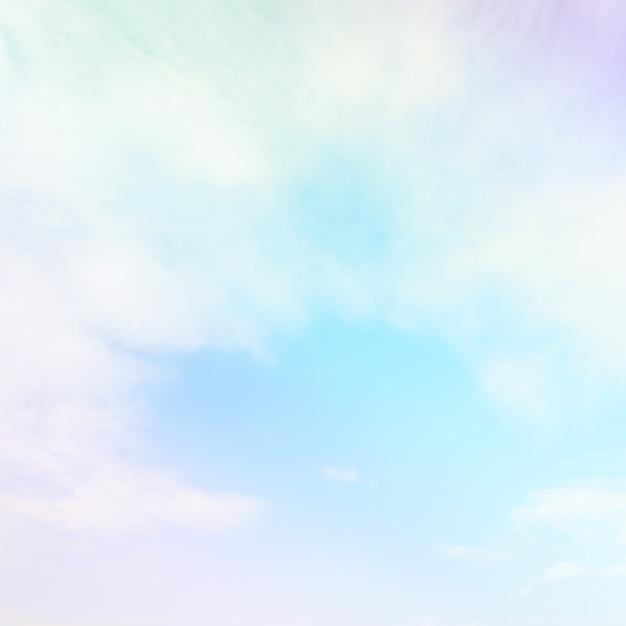 パステルカラーのグラデーションカラーで柔らかい雲と空 Premium写真