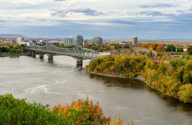オタワ川とカナダのオタワのアレクサンドラ橋 Premium写真