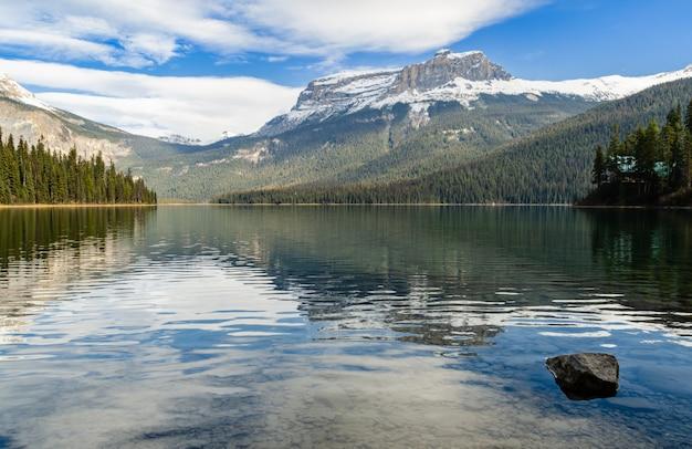 カナダ、ブリティッシュコロンビア州、ヨホ国立公園のエメラルド湖の冬景色 Premium写真