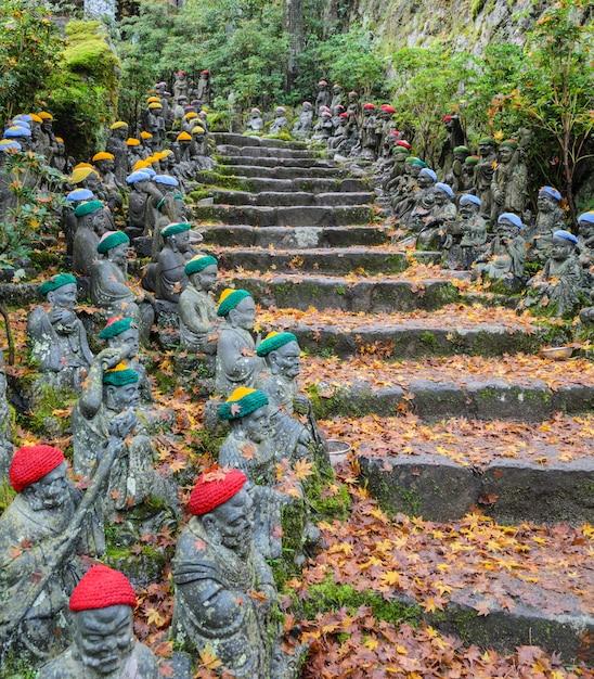 広島県宮島の大聖院境内にある小さな仏像 Premium写真