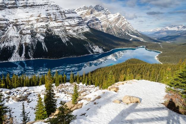 カナダ、アルバータ州のカナディアンロッキーマウンテンの反射とターコイズペイト湖。 Premium写真
