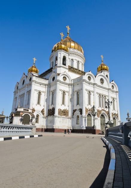 ロシア、モスクワの救世主キリスト大聖堂の低角度のビュー Premium写真