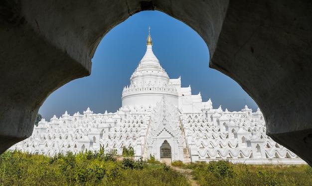 Белая пагода синьбюме (миатейндан) в мингуне, мьянма. Premium Фотографии