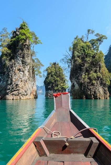タイ、スラートターニー県のカオソック国立公園でのロングテールボートと石灰岩の山脈 Premium写真
