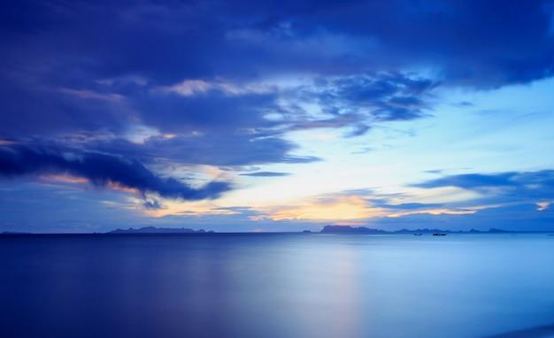 パノラマの劇的な熱帯の青い夕日と空の背景 Premium写真