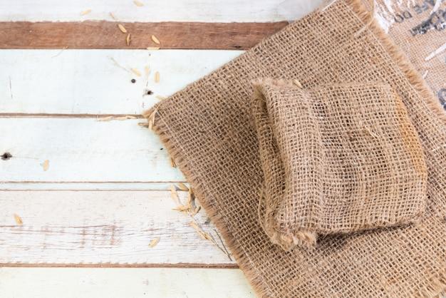 木製のテーブルトップビューに黄麻布または荒布 Premium写真