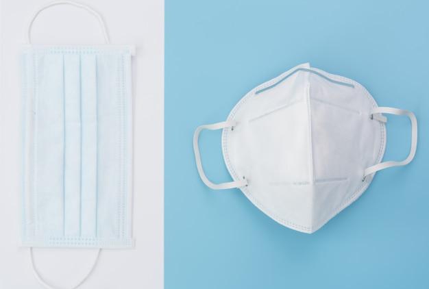 柔らかい青色の背景に外科用マスクパック Premium写真