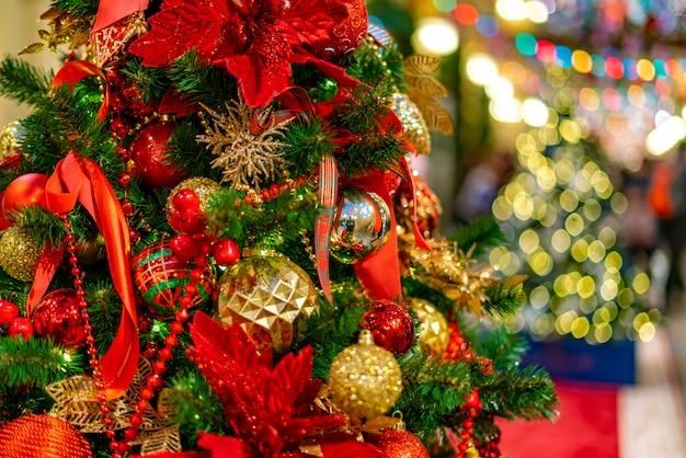 クリスマスツリーに飾るボール Premium写真
