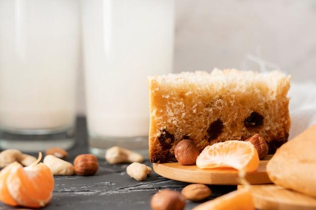 Здоровая легкая диетическая булочка с натуральными орехами и сухофруктами Premium Фотографии