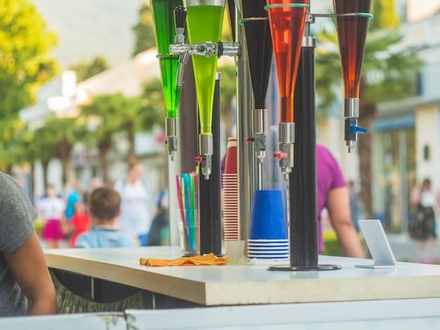 夏の屋外バーの蛇口飲料街のパーティーで Premium写真