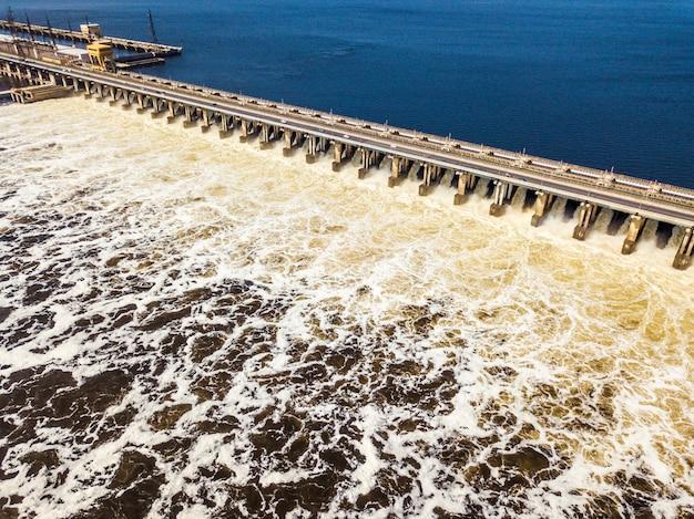 それを通過する水と水力発電所ダムの航空写真 Premium写真