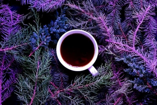 冬のフラットは、クリスマスと年末年始にお茶を一杯置いた。 Premium写真