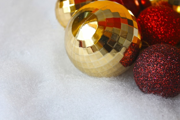 赤と金のクリスマスボール Premium写真