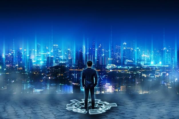 将来のネットワーク都市に立っているビジネス人 Premium写真