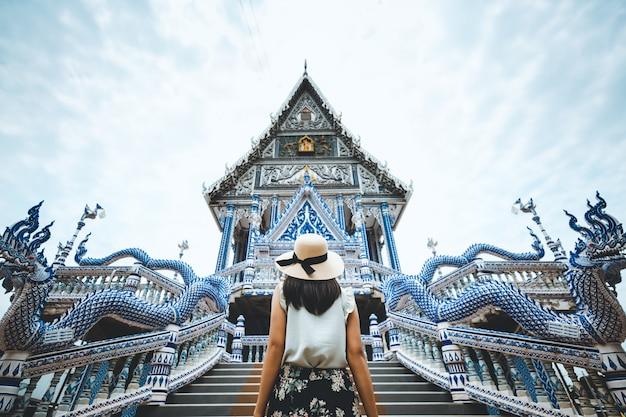 Путешествие женщины и тайский храм Premium Фотографии