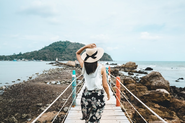 女性の夏のリラックスした休暇 Premium写真