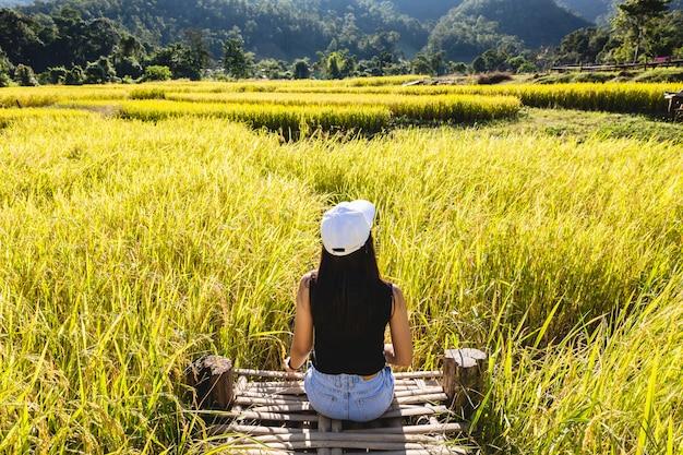 田んぼに旅行者の女性 Premium写真