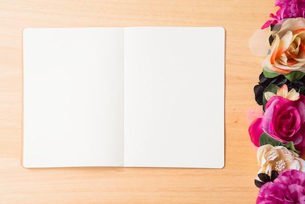 花と筆記具付きの木製の背景 無料写真