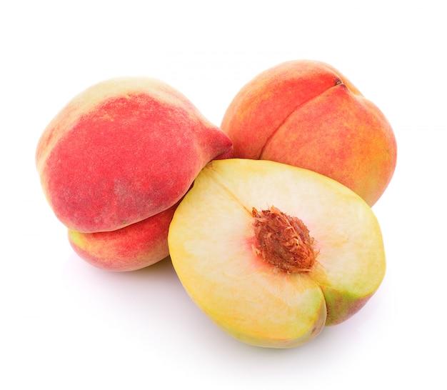 Персик на белом Premium Фотографии