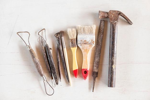 彫刻ツール白い背景の上の芸術や工芸品のツール。 Premium写真