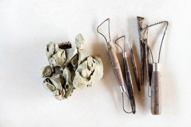 彫刻ツールを設定します。白い背景の上の芸術や工芸品のツール。 Premium写真