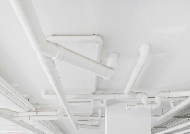 水道管システム。建物内の水道管の設置。水パイプ輸送システム。 Premium写真