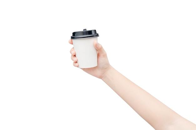 Убери кофейную чашку. женская рука держа бумажный стаканчик кофе изолированный на белизне с путем клиппирования. Premium Фотографии