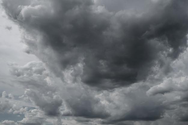 気候の背景に使用される雨の前の暗い嵐の雲。 Premium写真