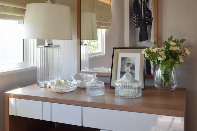ジュエリーセット、ミラー、ドレッシングルームのランプと木製のテーブル Premium写真