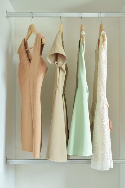 ワードローブハンガーの女性服 Premium写真