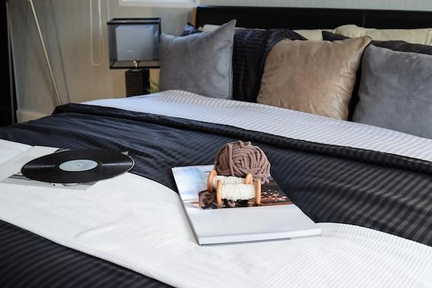本、かぎ針編み、グラムで装飾的なモダンなブラックトーンのベッドルーム Premium写真