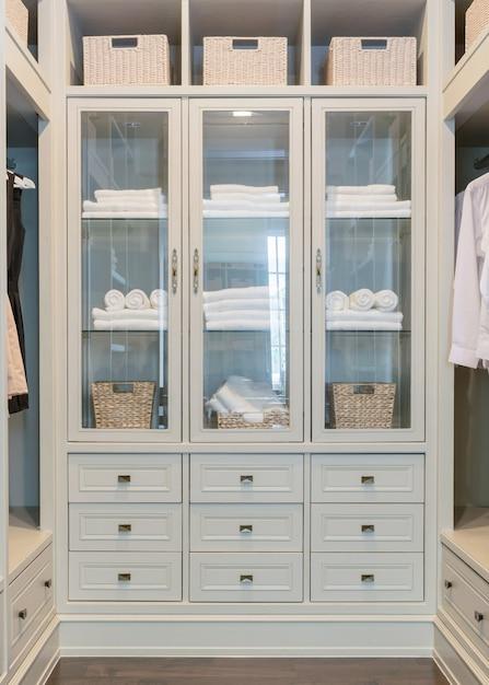 自宅の棚付きの大きな白いウォークインクローゼット Premium写真