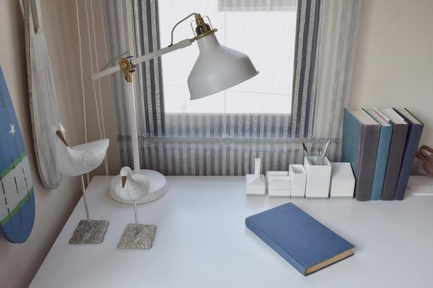 ランプ、鉛筆、作業室で本を作業テーブル Premium写真