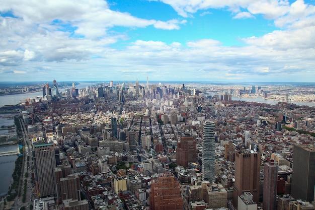 Вид с воздуха здания в нью-йорке от одного здания мировой торговли. Premium Фотографии