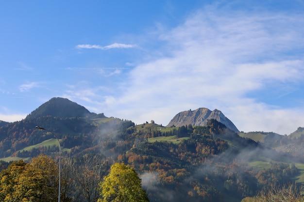 Взгляд горы ландшафта природы и природного парка в сезоне осени на швейцарии Premium Фотографии