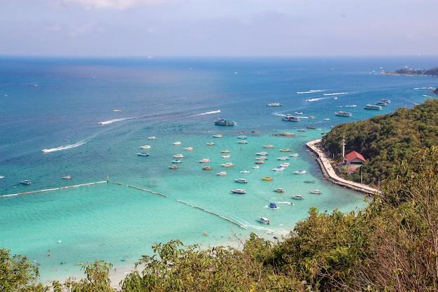 ビーチが最も美しいため、観光客の訪問とスピードボートはコーランのビーチに停まります。 Premium写真