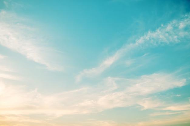 Мягкая облачность - градиентная пастель, абстрактный фон неба в сладком цвете. Premium Фотографии