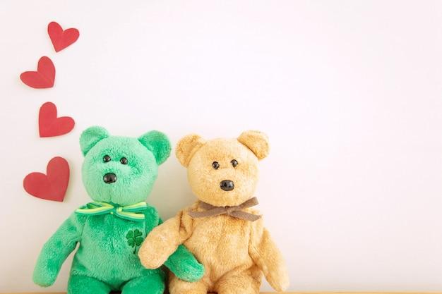 赤いハートの風船、幸せなバレンタインデーのカップルかわいいテディベア。 Premium写真