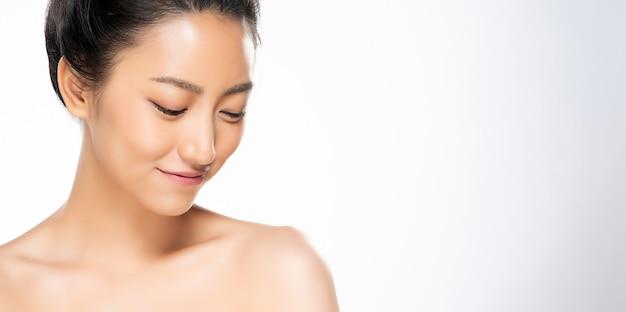 Красивая молодая азиатская женщина с чистой свежей кожей Premium Фотографии