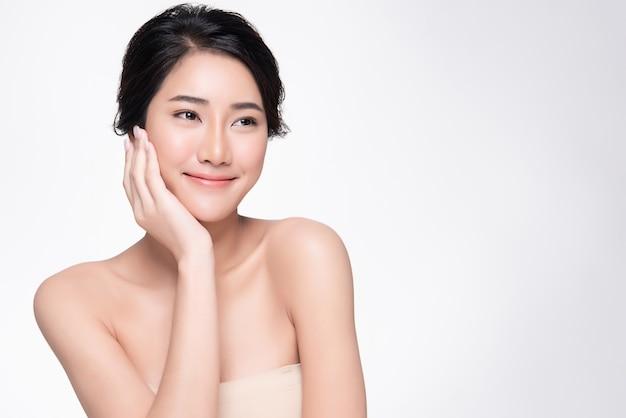 清潔でさわやかな肌を持つ美しい若いアジア女性、 Premium写真