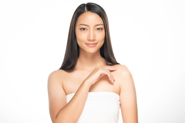 Красивая молодая азиатская женщина с чистой свежей кожей, Premium Фотографии