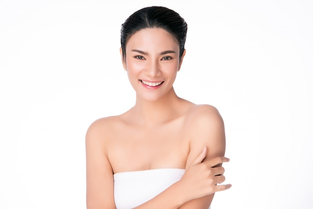 清潔で新鮮な肌と美しい若いアジア女性 Premium写真