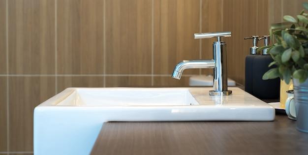 流しと蛇口のバスルームのインテリア Premium写真