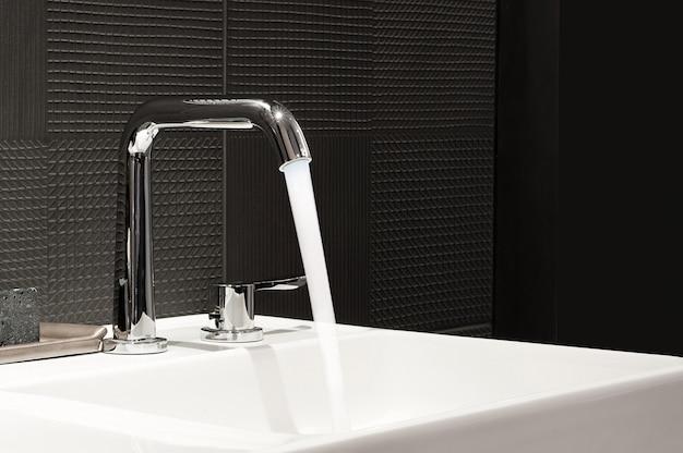 流しと蛇口、浴室のモダンなデザインのバスルームのインテリア、 Premium写真