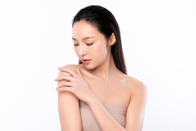 Красивая молодая азиатская женщина с чистой свежей кожей. уход за лицом, уход за лицом, косметология, концепция красоты и здоровой кожи и косметики, красота женской кожи на белой стене Premium Фотографии