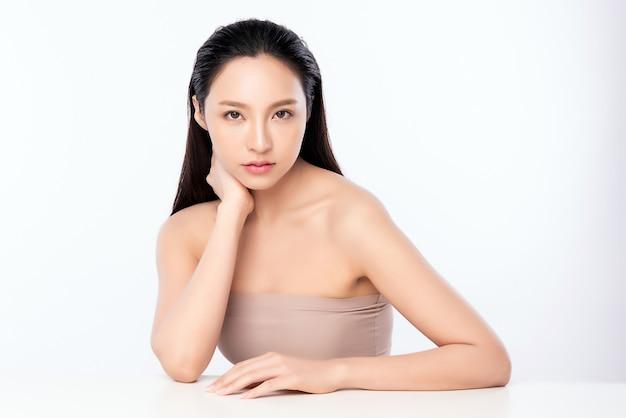 Красивая молодая азиатская женщина с чистой свежей кожей. уход за лицом, уход за лицом, косметология, красота и концепция здоровой кожи и косметики, красота женской кожи, изолированная на белой стене Premium Фотографии
