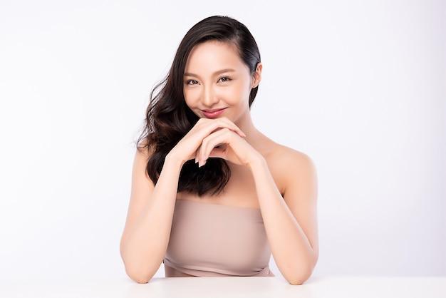 Портрет женщины красоты, красивая молодая азиатская женщина с чистой свежей здоровой кожей, уход за лицом. Premium Фотографии