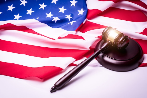 法律とアメリカの旗 - アメリカの犯罪の概念。 Premium写真