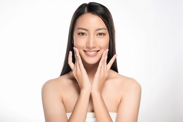 きれいなフレッシュスキンと美しい若いアジアの女性 Premium写真