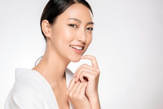 美しい笑顔の女性、自然なメイクアップ、きれいな肌 Premium写真